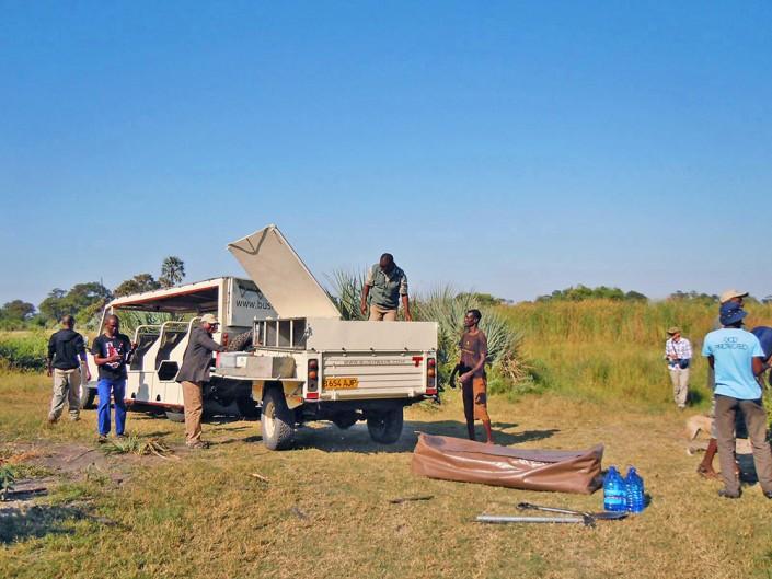 L'équipe décharge la voiture pour charger les mokors