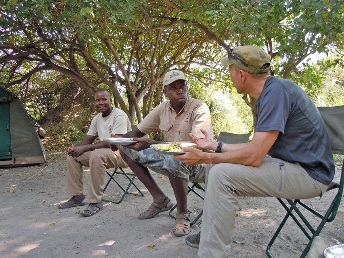 Discussions avec le guide à propos du safari
