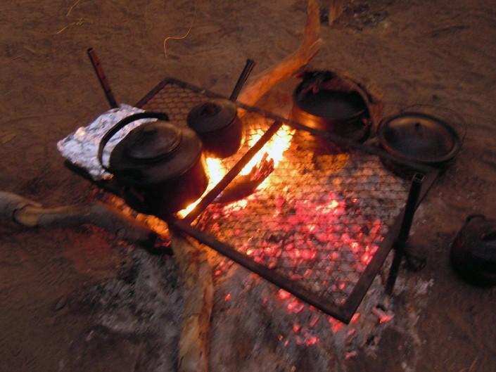 Et le repas se prepare. Pas d'électricité dans ce campement